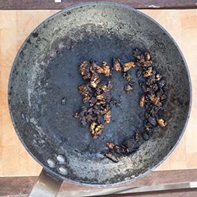 Eisenpfanne angebranntes Essen